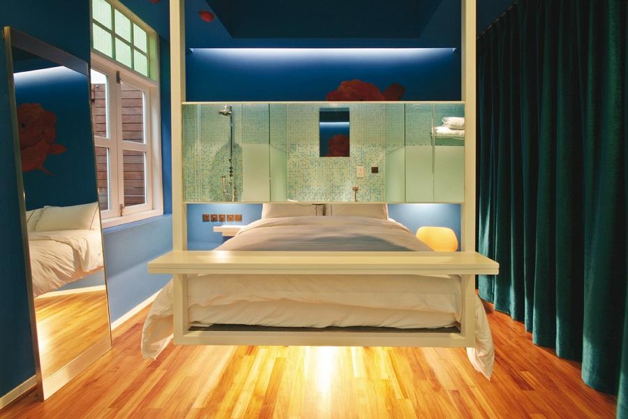Kamar di New Majestic Hotel yang mengawinkan gaya vintage dan kontemporer.