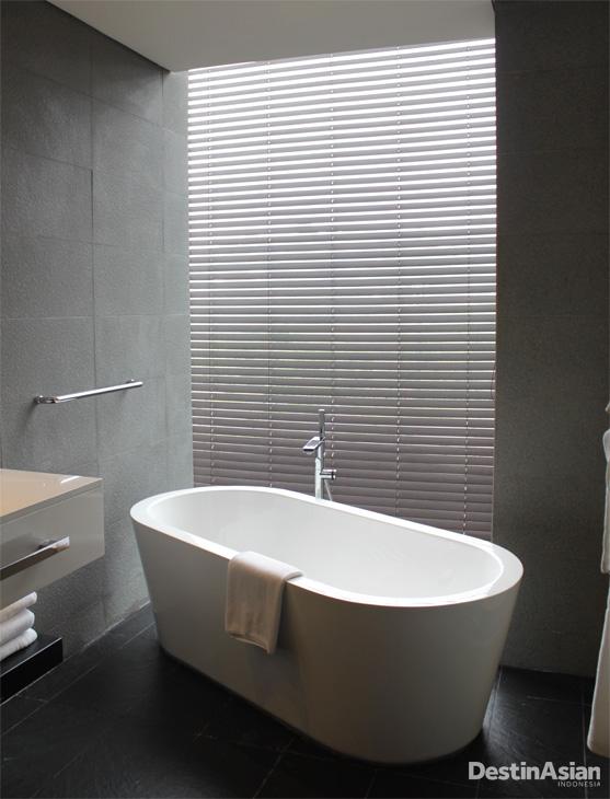 Kamar mandi menjadi daya tarik tersendiri di InterContinental Dago Pakar.