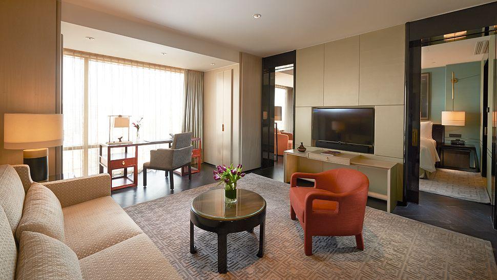 Ruang tamu di kamar tipe Deluxe Suite.