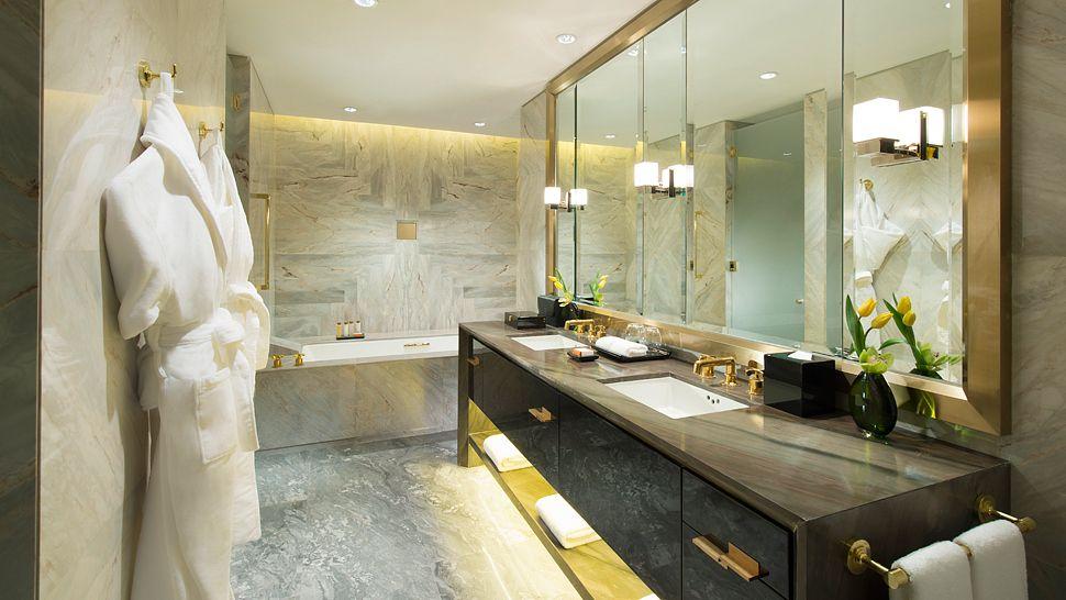 Kamar mandi luas dengan material marmer terbaik.