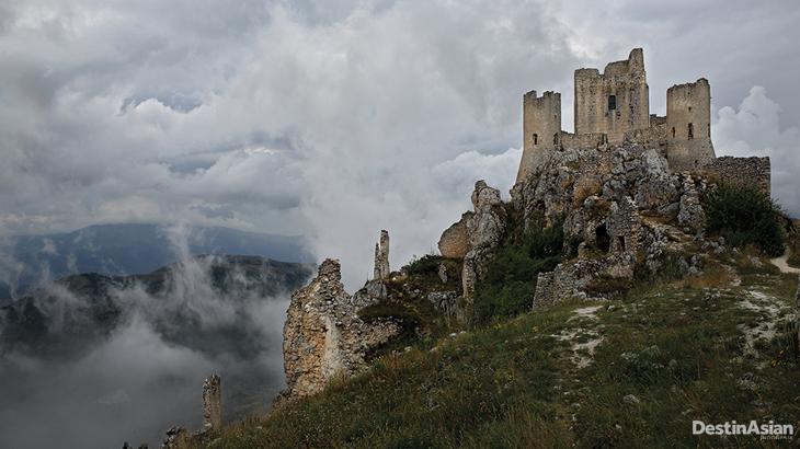 Kompleks benteng di atas Desa Rocca Calascio yang terbengkalai usai gempa pada 1703.