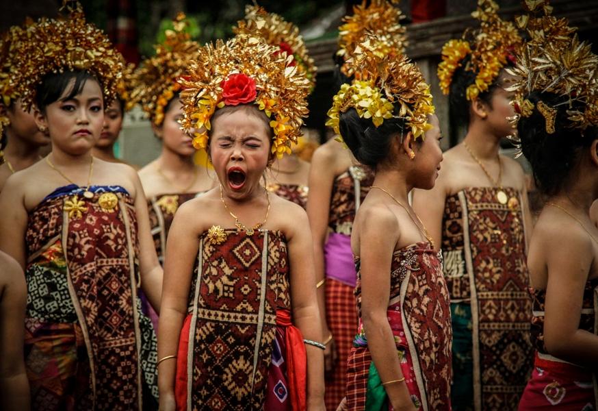 Mengalihkan mata dari adegan berdarah Perang Pandan, Yusuf Ahmad (Reuters) memotret momen kocak di tengah seremoni. Juara 3 kategori Art & Entertainment APFI 2013.