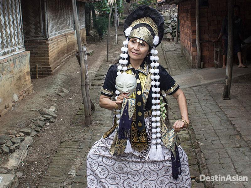 Wangi Indriya menggelar pentas tari topeng dadakan di Sukmajaya.