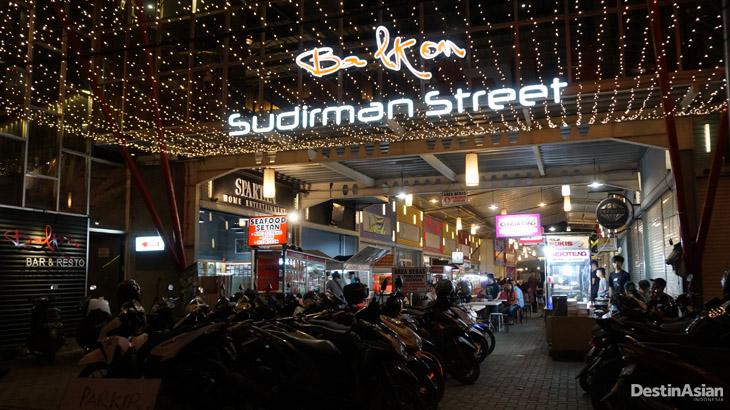 Pintu masuk Sudirman Street dari sisi Jalan Sudirman.