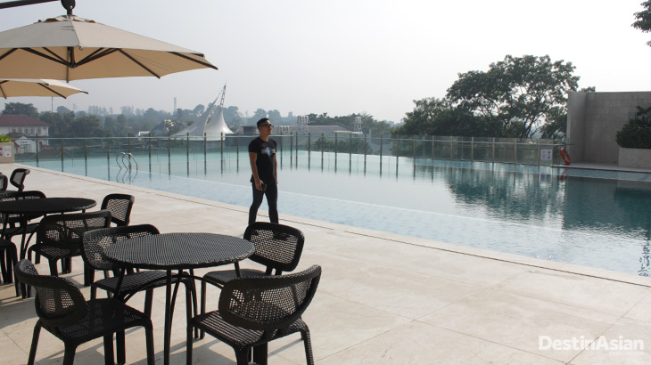 Kolam renang di Crowne Plaza Bandung.