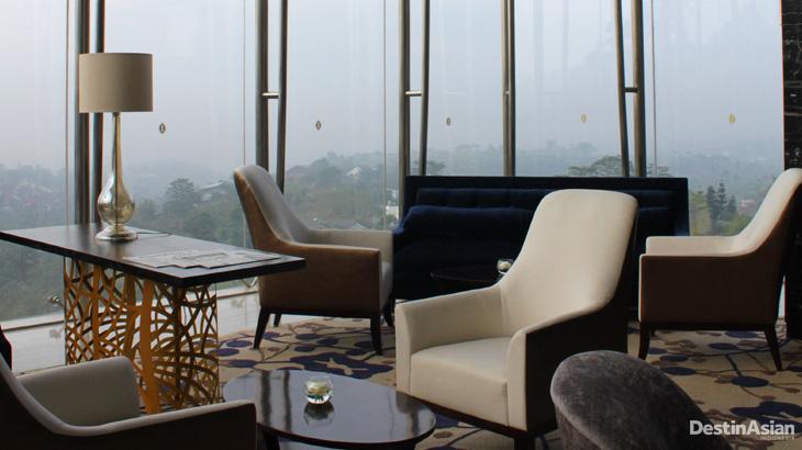 Tempat duduk di area lobi InterContinental Dago Pakar.