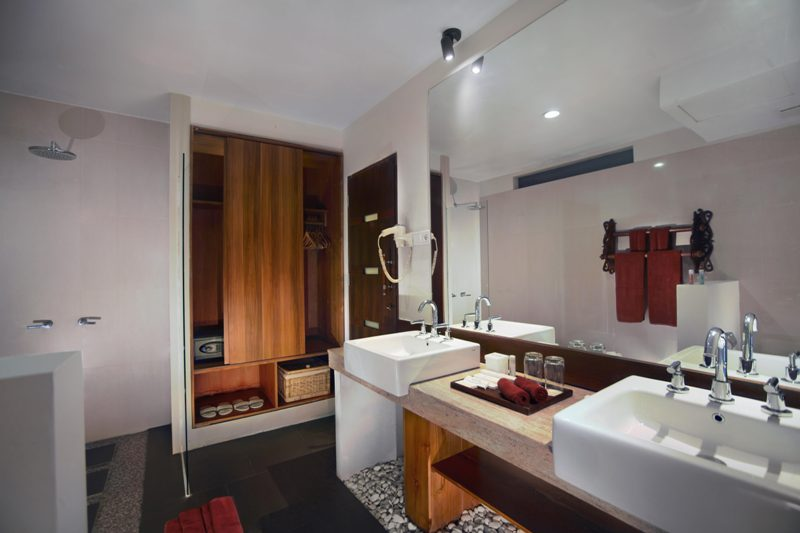 Kamar mandi luas.