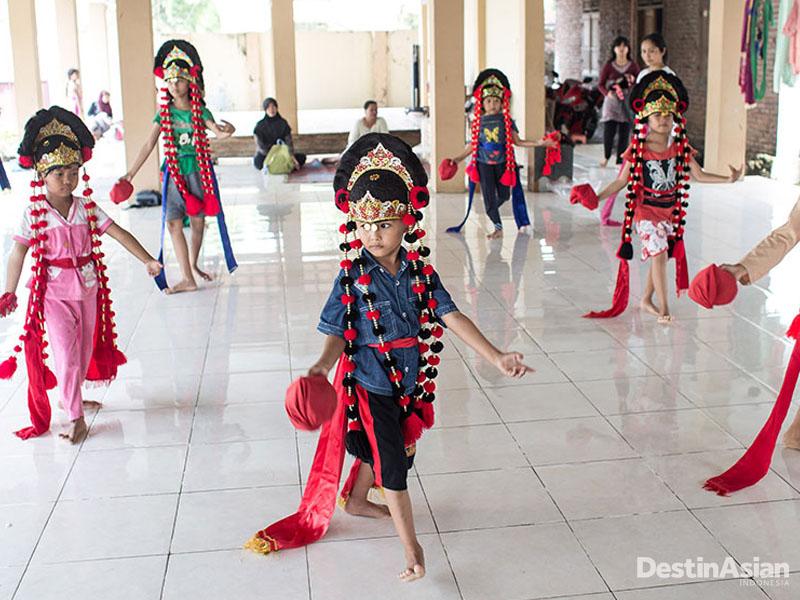 Para generasi penerus tari topeng di Sanggar Mulya Bhakti.