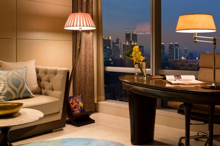 Kamar didesain dengan jendela berukuran besar untuk memaksimalkan penetrasi cahaya natural.