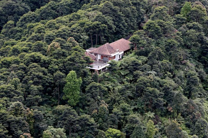 Sebuah vila liar di zona inti Taman Nasional Gunung Halimun Salak, Jawa Barat—foto karya Aditia Noviansyah (Tempo). Juara 3 kategori Nature & Environment APFI 2013.