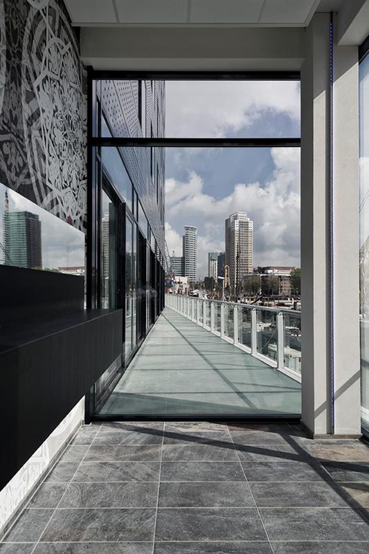 Pemandangan kota Rotterdam dari lobi.