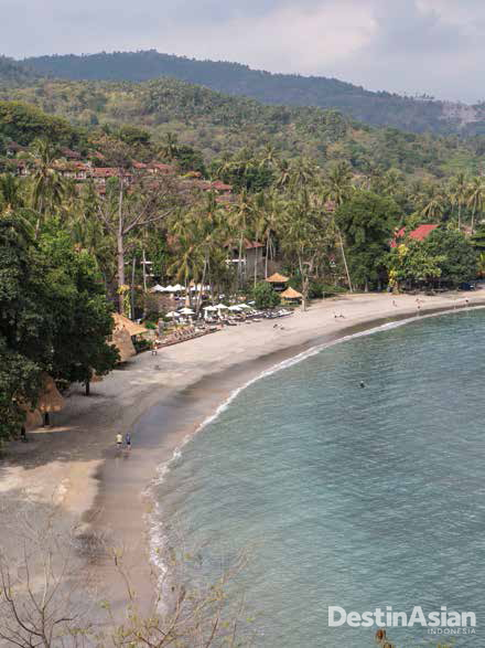 Pantai Senggigi yang tenang dilihat dari atas bukit.