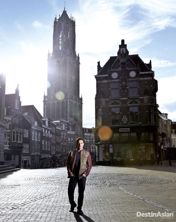 Hamish di area kota tua Utrecht. (Busana oleh Ikat Indonesia Pour Homme oleh Didiet Maulana).