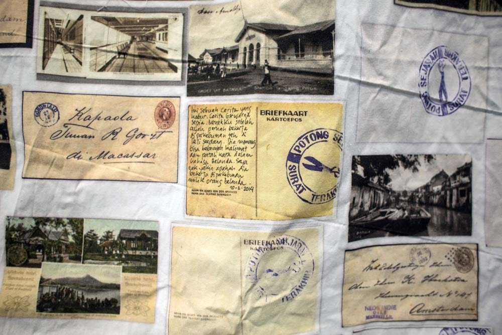 Instalasi Surat Terakhir terbuat dari cetakan surat-surat uzur yang disablon ke kain putih.