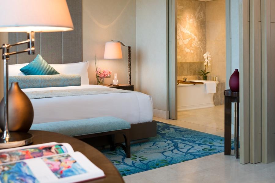 Desain kamarnya impresif dengan sentuhan seni yang kental.