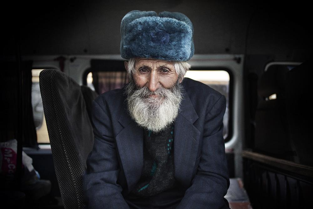 Menanti bus bergerak di Stepanakert.