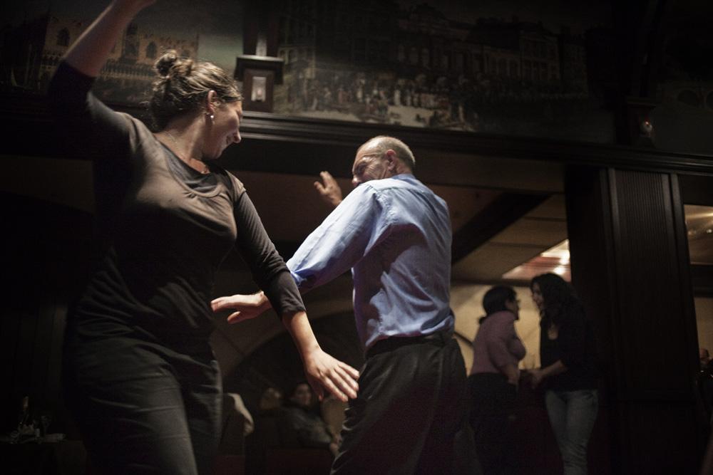 Seorang gadis asal Prancis menari di sebuah restoran lokal. Indikasi mulai datangnya turis di Nagorno-Karabakh.