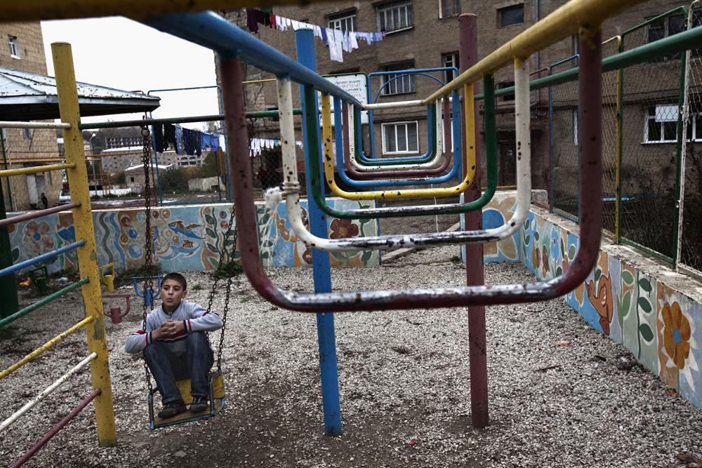 Seorang anak kecil di taman bermain di Shushi. Organisasi dari Armenia banyak menggelontorkan dana untuk membangun fasilitas bermain publik.