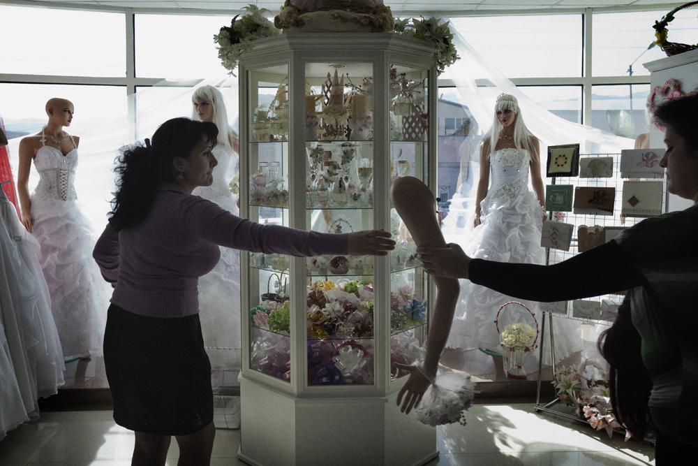 Sebuah toko yang menjual gaun pengantin dan peralatan pernikahan di pusat kota.