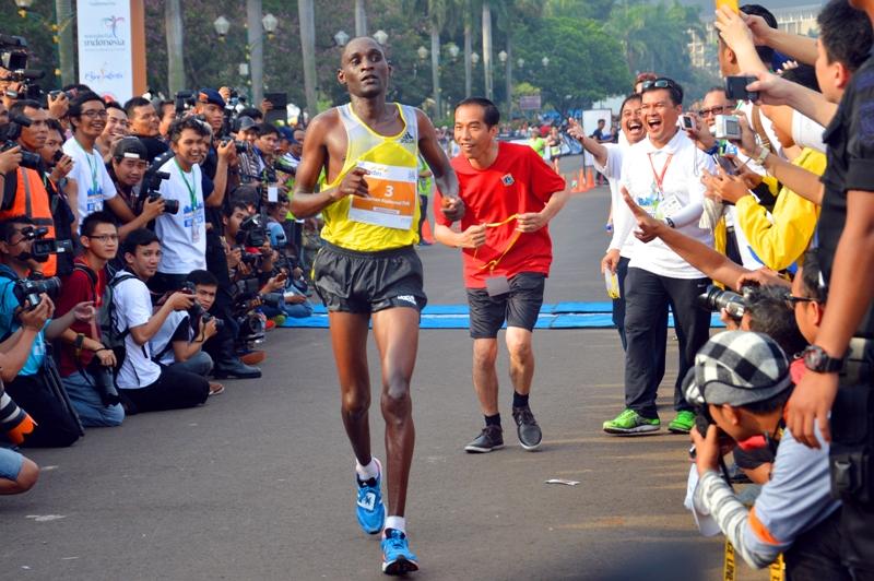 Sopian (Harian Terbit) mengabadikan momen jenaka saat Joko Widodo (saat itu Gubernur DKI Jakarta) sedang mengejar seorang pelari Kenya dalam Jakarta Marathon. Juara 2 kategori People in the News APFI 2013.
