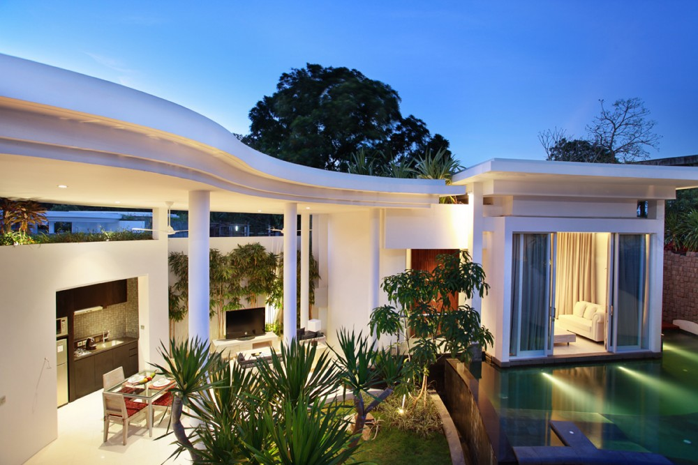 Kamar model vila dengan kolam renang privat.