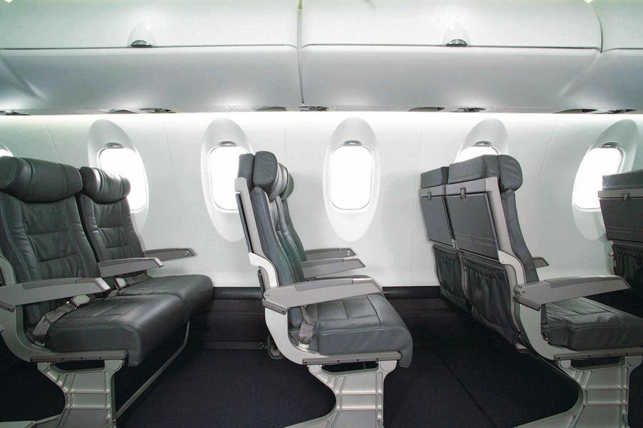 Interior Bombardier dengan ruang kaki yang cukup lapang.