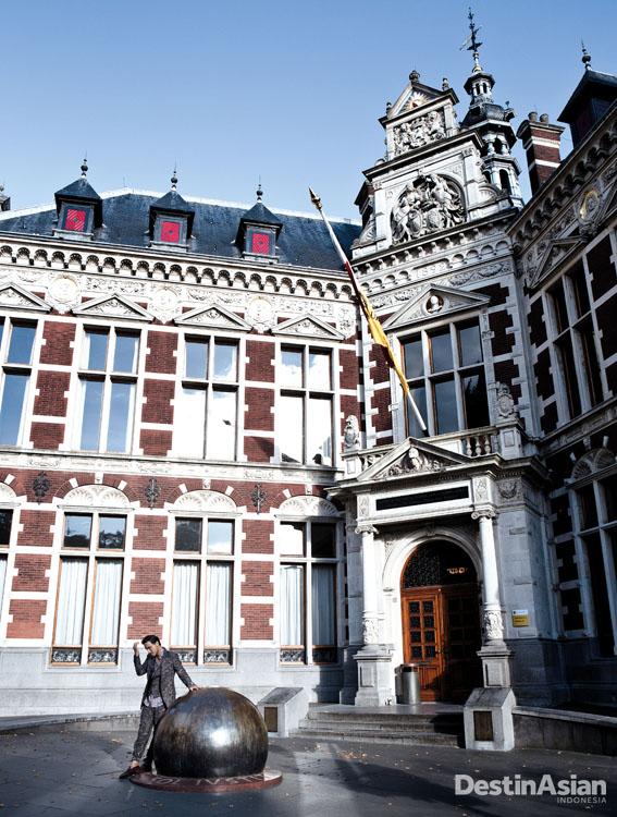 Gedung Academiegebouw di samping St. Martin's Cathedral. (Busana oleh Etro)