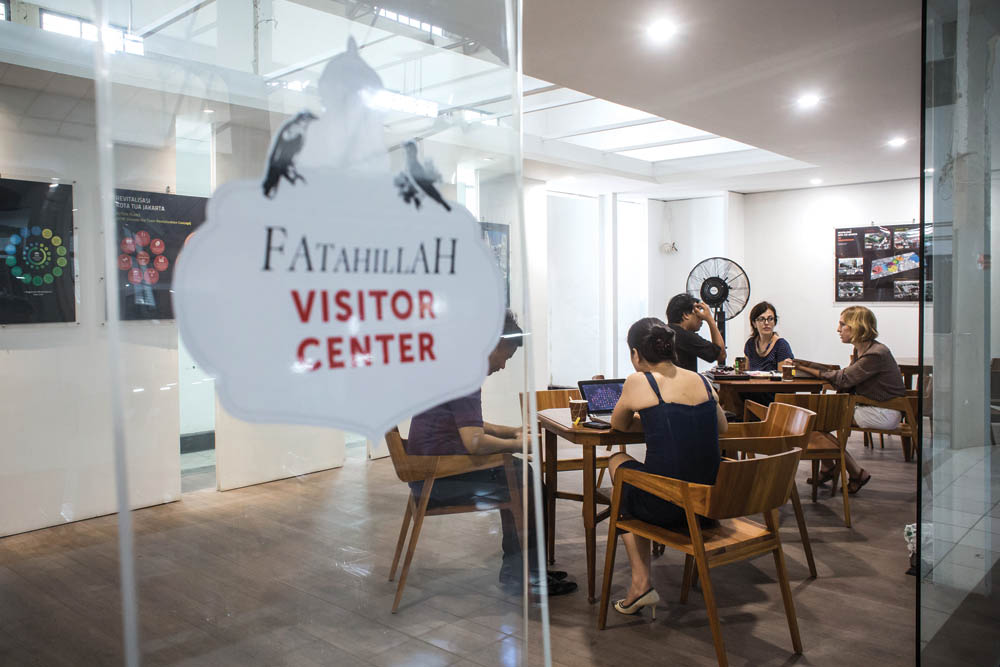 Suasana Fatahillah Visitor Center yang memadukan nuansa tradisional dan modern.