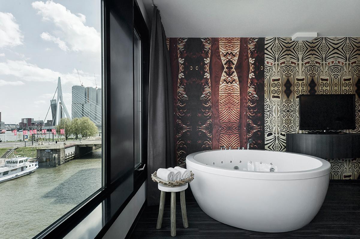Kamar mandi yang dilengkapi dengan Jacuzzi privat.