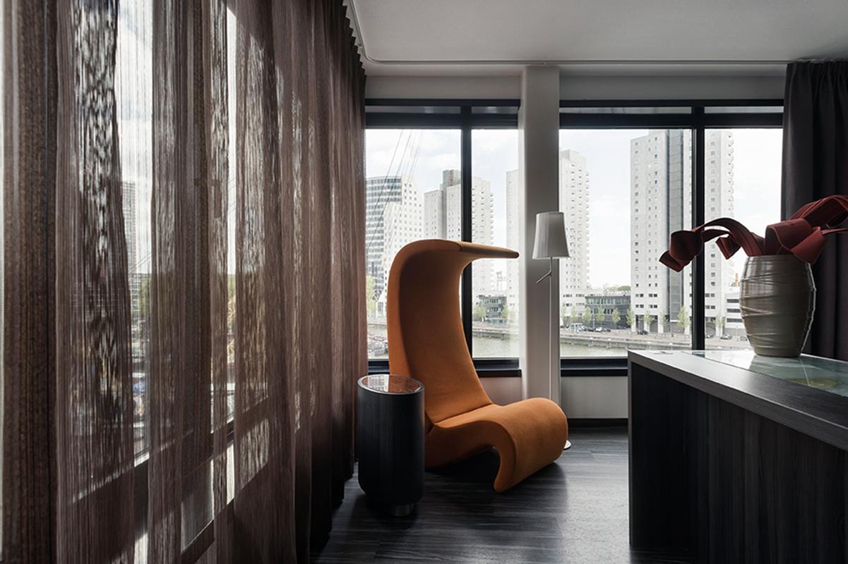 Furnitur yang digunakan pun berbentuk futuristik.