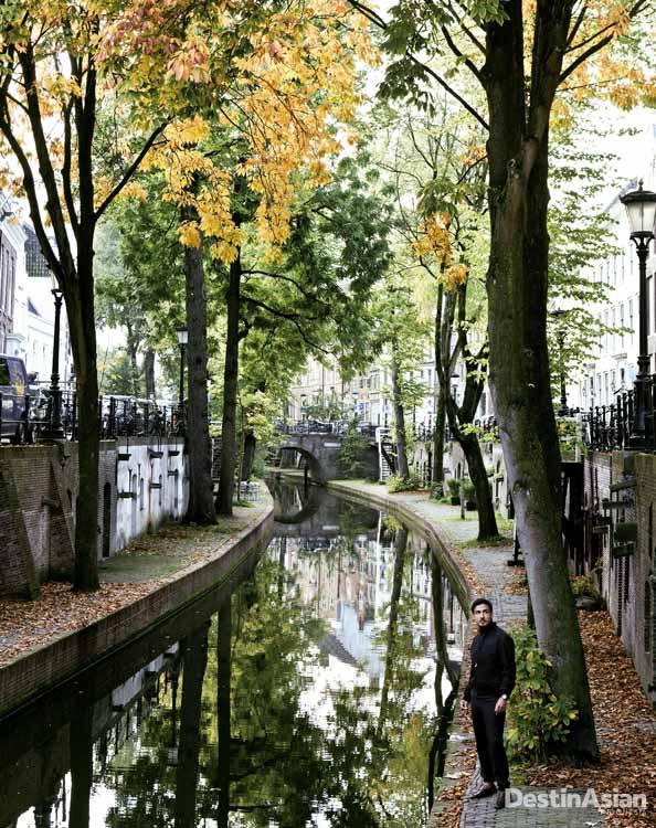 Kanal tua di dekat kediaman mantan Paus asal Utrecht. (Busana oleh Hermes)