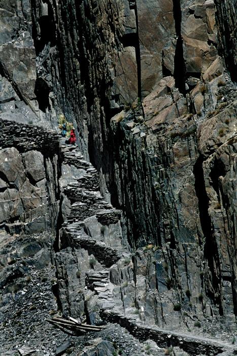 Jalanan terjal dan curam yang dulunya merupakan bagian dari Jalur Sutra di pedalaman Lembah Hunza. (Lembah Hunza, Pakistan)
