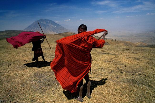 Penggembala dari kaum Masai menuju sumur di kaki gunung vulkanis Ol Doinyo Lengai di daratan semi gurun Lembah Rift di bagian utara Tanzania. (Lembah Rift, Tanzania)