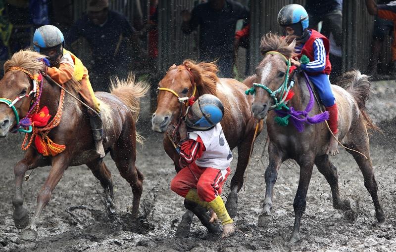 Terjatuh dari pelana adalah bagian dari perjuangan para joki dalam pacuan kuda di Sumbawa—foto karya Yuniadhi Agung (Kompas). Juara 2 kategori Sport APFI 2013.