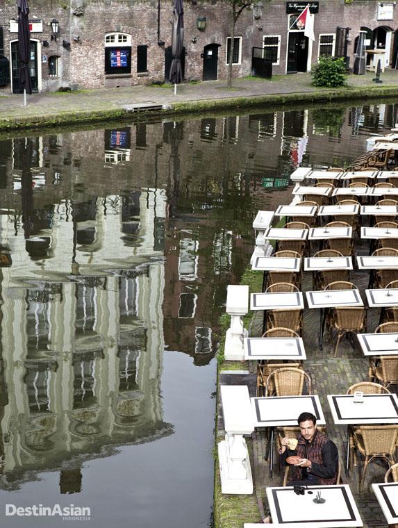 Restoran kanal khas Utrecht. (Busana oleh Ikat Indonesia Pour Homme by Didiet Maulana).