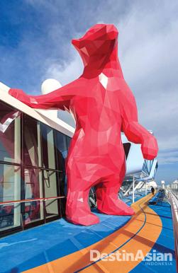 Salah satu instalasi seni yang dipasang di Quantum of the Seas. Patung ini karya seniman Lawrence Argent.