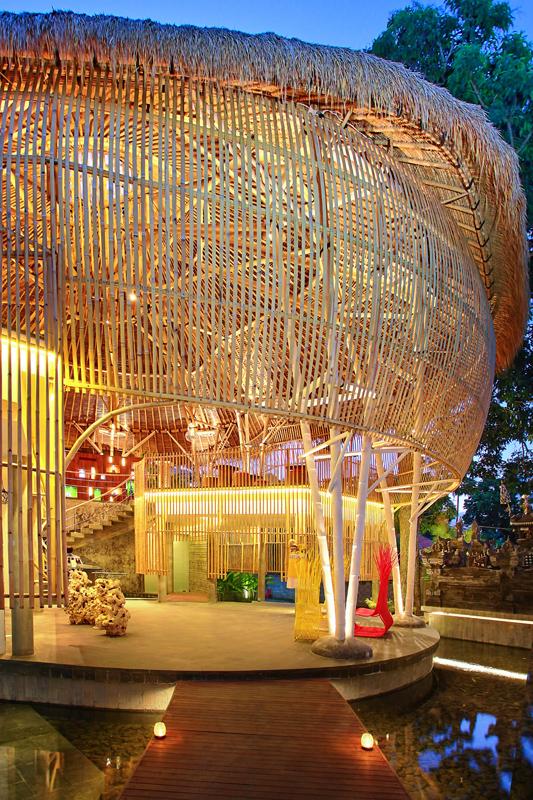 Area lobi yang menggunakan banyak material bambu.