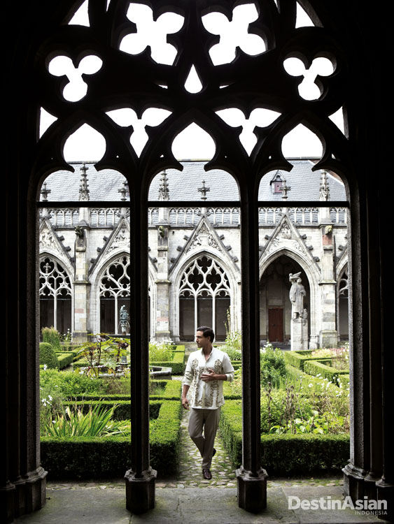 Pandhof, taman di samping St. Martin's Cathedral. (Busana oleh Biyan Pour Homme).