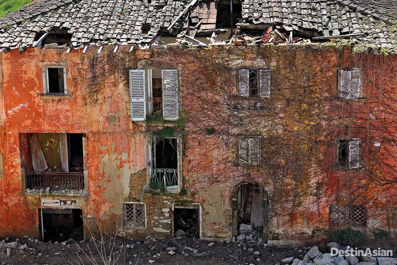 Castelnuovo dei Sabbioni kian lapuk akibat tak bertuan sejak 1970-an.
