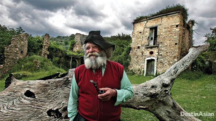 Giuseppe Spagnuolo, satu-satunya orang yang bertahan di Roscigno Vecchia, desa yang terancam longsor.