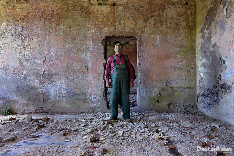 Penutupan tambang membuat Carmelo menganggur dan Desa Righi krisis manusia.