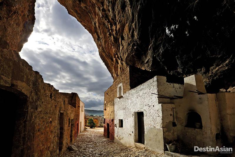 Setelah warganya hengkang pada 1950-an, permukiman gua di kawasan Scurati berkembang menjadi situs wisata sejarah.