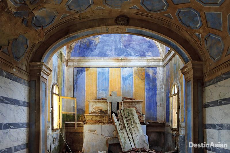 Puing altar di kota hantu Toiano yang kini ditinggali hanya oleh satu keluarga.