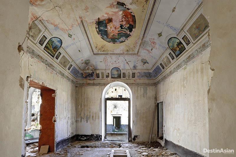Reruntuhan gereja di Poggioreale, desa yang berangsur lowong usai diguncang gempa pada 1968.