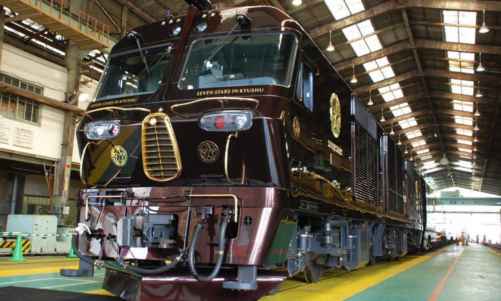 Lokomotif Nanatsubhosi (Seven Stars) yang siap membawa penumpang untuk tur eksklusif.