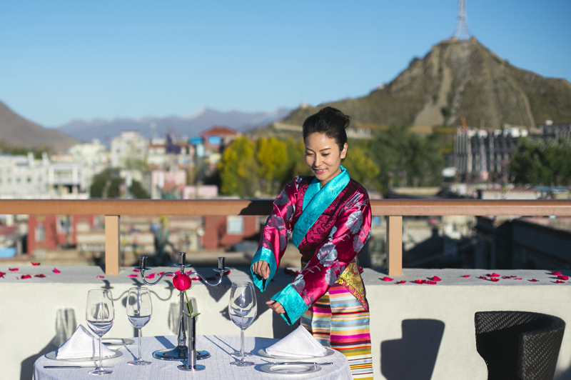 Pelayan di salah satu restoran Shangri-La Lhasa. Ada tiga restoran dan satu bar yang siap memanjakan tamu dengan sajiannya.