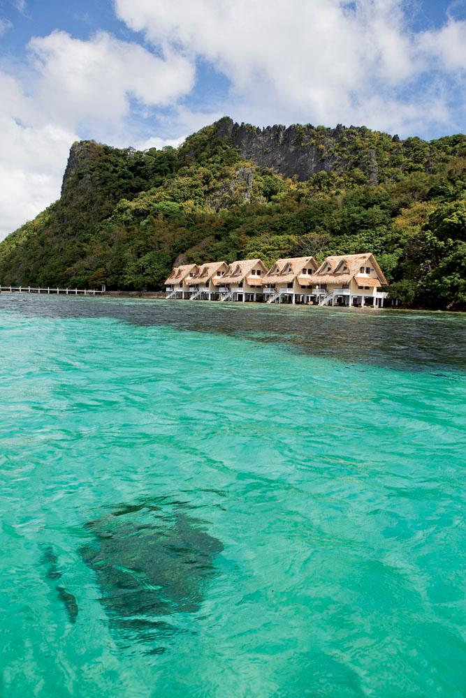 Barisan cottage yang menghadap Taytay Bay di Apulit Island.
