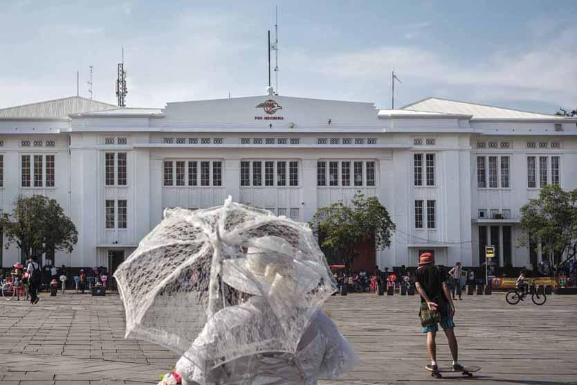 Gedung PT. Pos Indonesia dengan suasana Taman Fatahillah di sore hari.