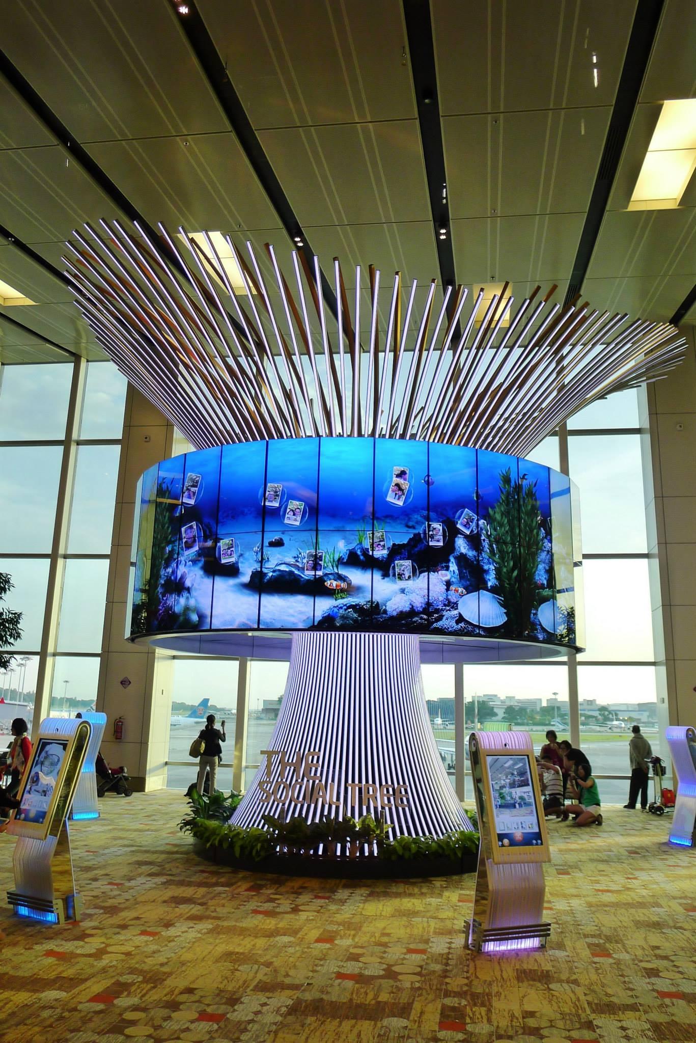 Menggunakan booth tersebut, pengguna bisa mengunggah foto maupun video ke akun media sosial mereka. (Foto: KeJia - Changi International Airport)