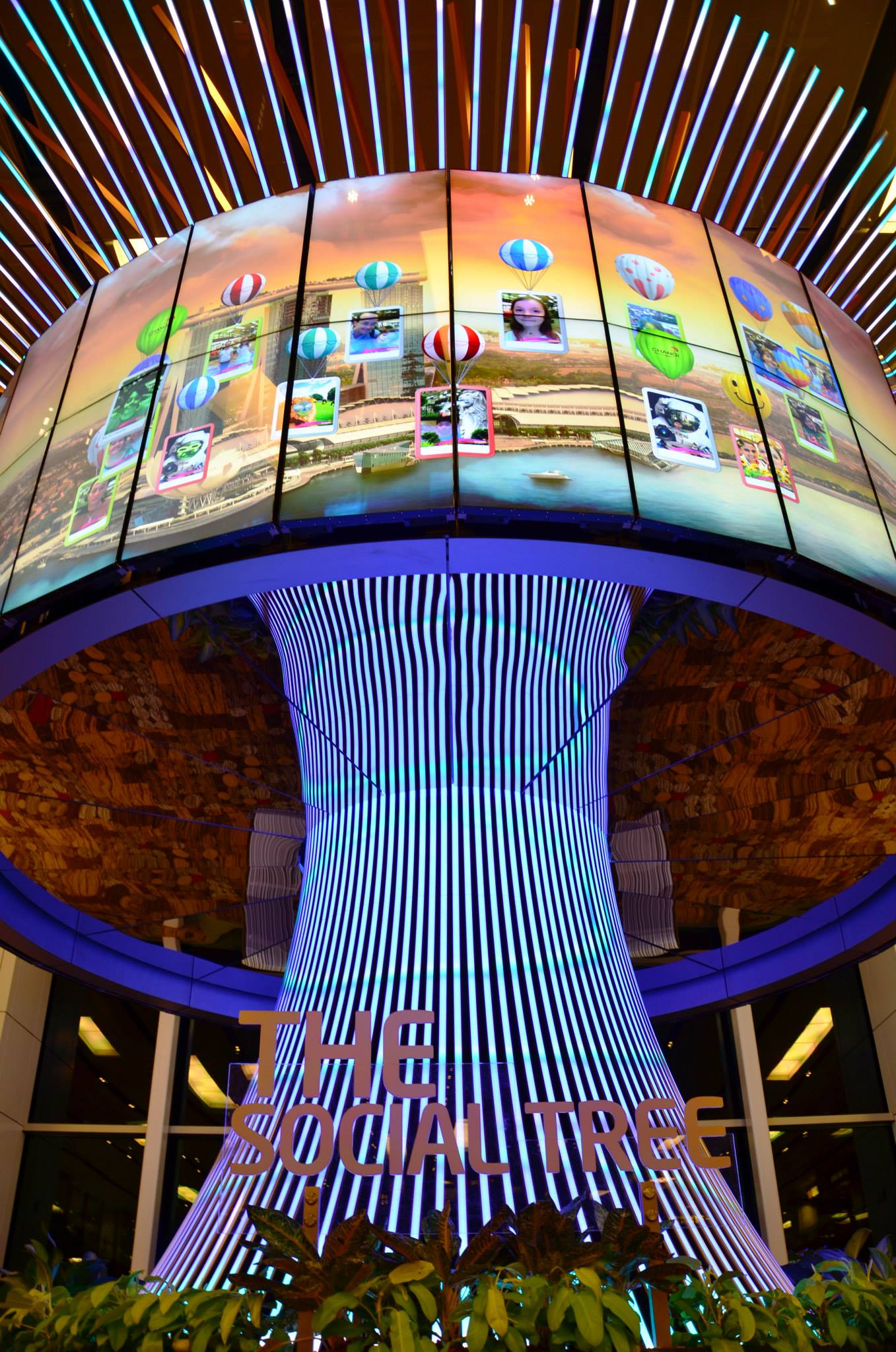 The Social Tree di Terminal 1 Bandara Changi Singapura. (Foto: KeJia - Changi International Airport)